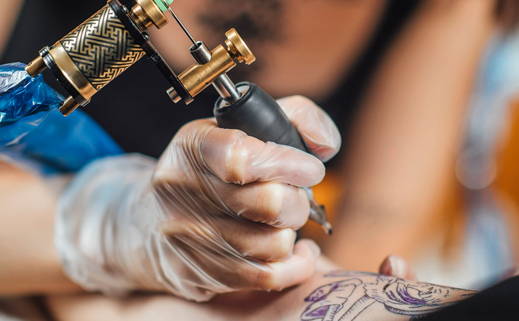 How does a coil tattoo machine work